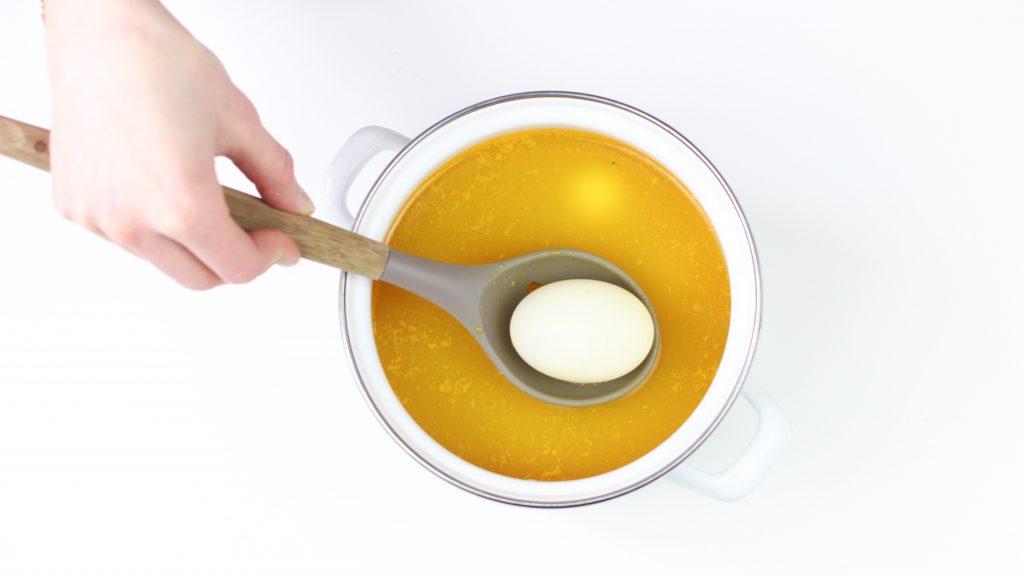 jajka-barwione-kurkuma