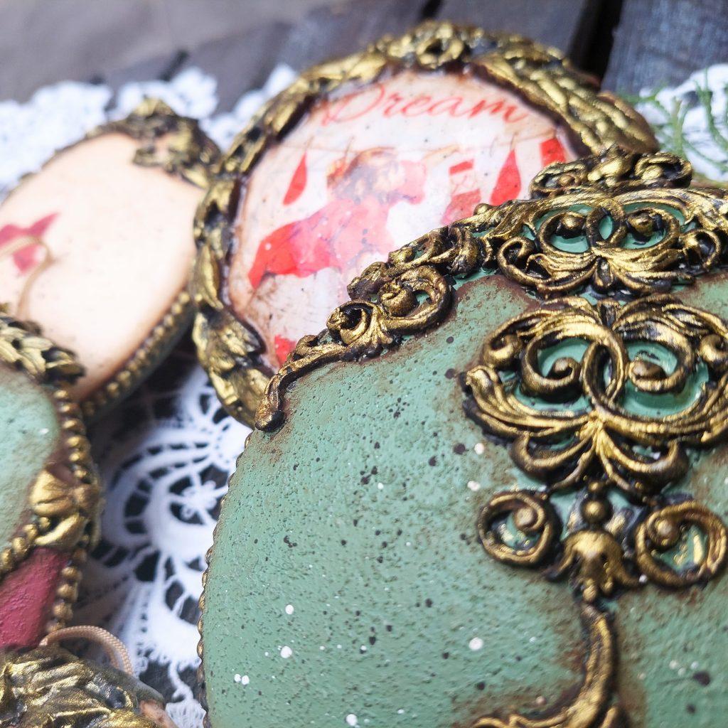 Jak zrobić komplet świątecznych medalionów?